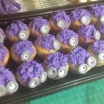 Cupcakes minions morados caritas